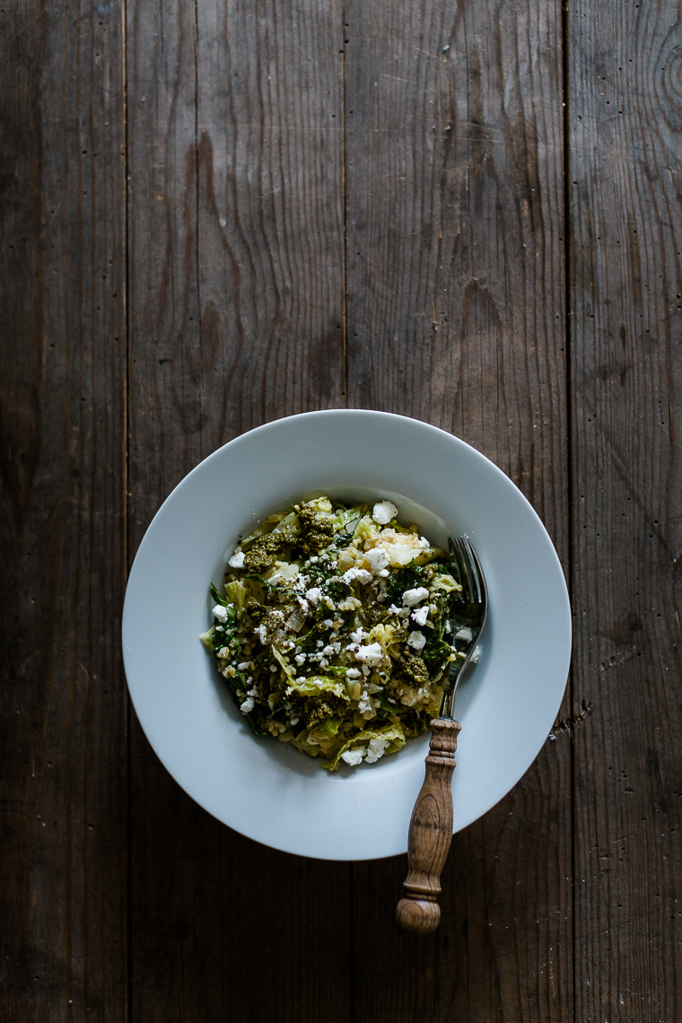 One Pot Bulgur mit Wirsing, Pesto & Feta